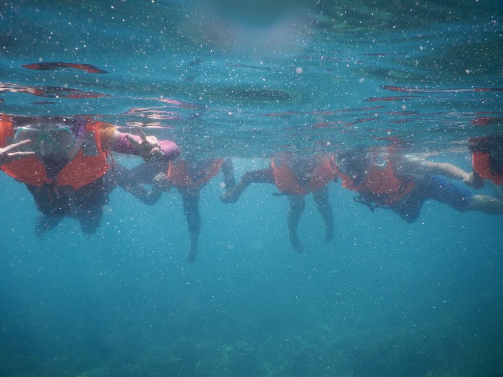 Mari berpegangaaaaan.. Walo ga bisa renang teteup bisa menikmati keindahan laut di krakatau. Bijo paling kiri