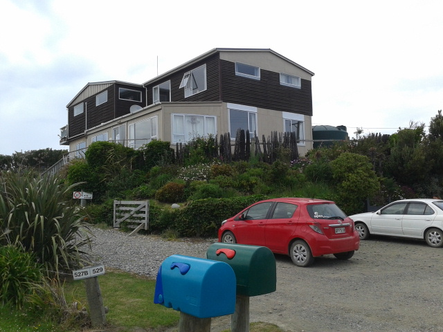 Mobil sewaan nangkring di halaman Lazy Dolphin Lodge