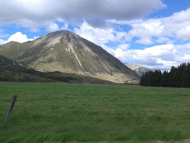 Dalam perjalanan dari Arthur's Pass ke Kaikoura. Foto diambil dari dalam mobil dengan kecepatan 100 km/jam.