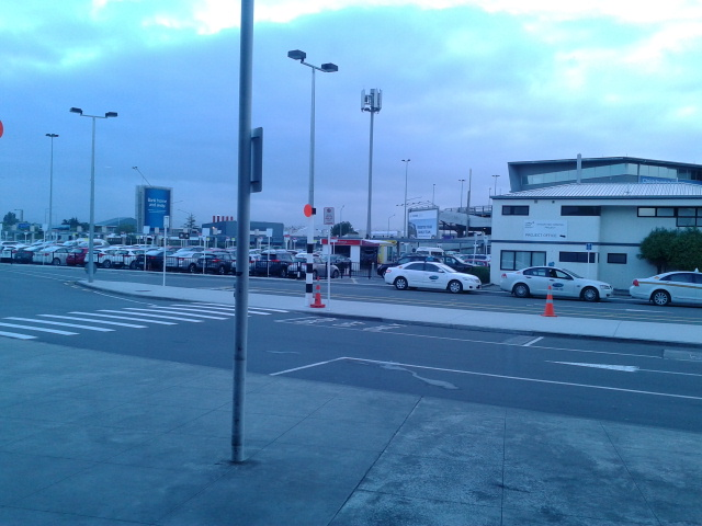 Ngintip keluar bandara sebentar disambut udara dingin, masup lagiiii ke dalem