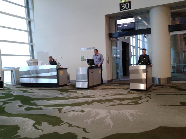 Suasana di ruang tunggu bandara sebelum masuk pesawat