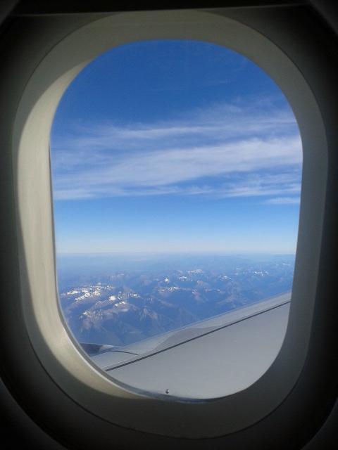 Pegunungan salju New Zealand tampak di bawah sana