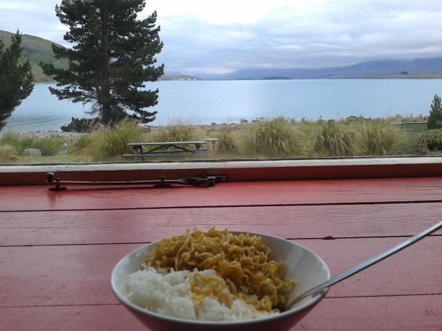 Sarapan indomie dengan pemandangan Lake Tekapo dari dalam hostel