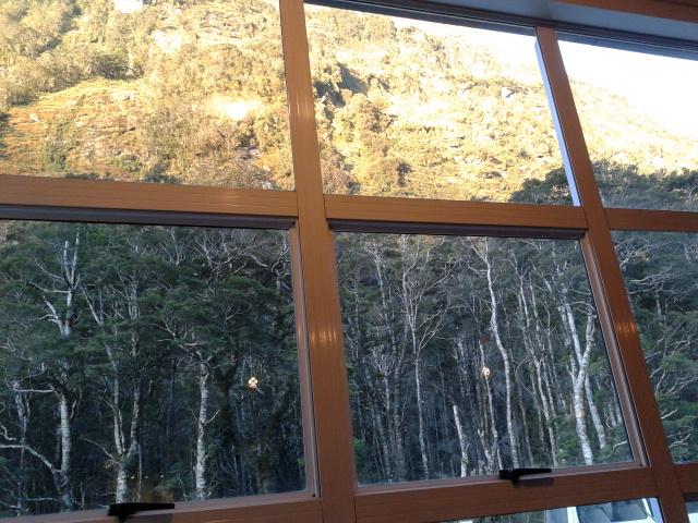 Memandang jendela dari tempat nongkrong, udah malem masih terang benderang