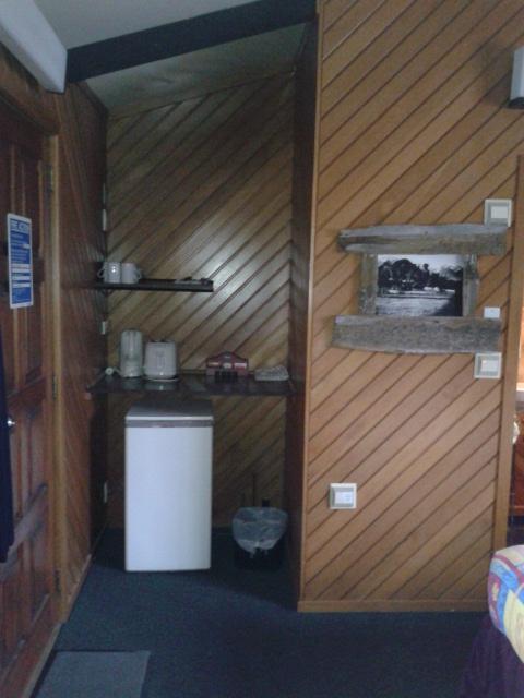 Pojokan kamar tempat buat nyimpen bahan makanan (dapur darurat)