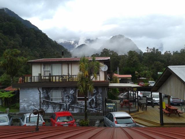 Pemandangan dari jendela kamar, pegunungan dengan puncak diselimuti salju itu sangat dekat sekali