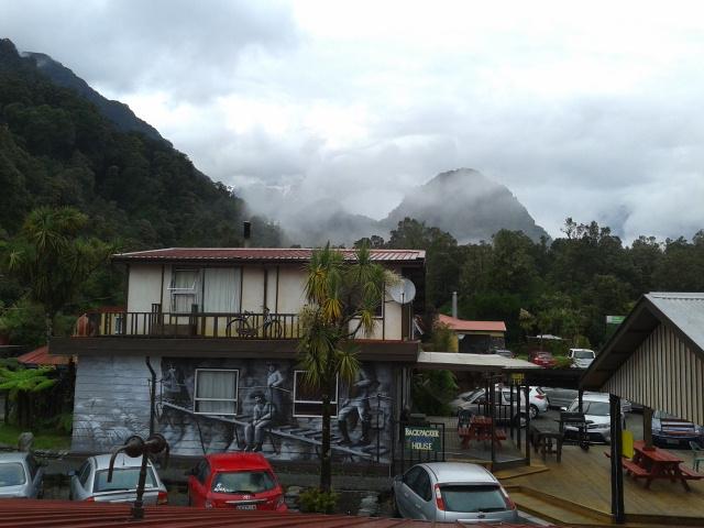 Keesokan harinya tiba-tiba ada gunung muncul di belakang hostel, Uwow MAGIC!!! :-D
