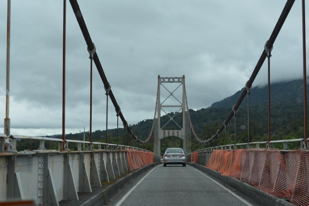 Give Way, biasanya jembatannya cuma bisa dilalui mobil dari 1 arah jadi kudu gantu-gantian