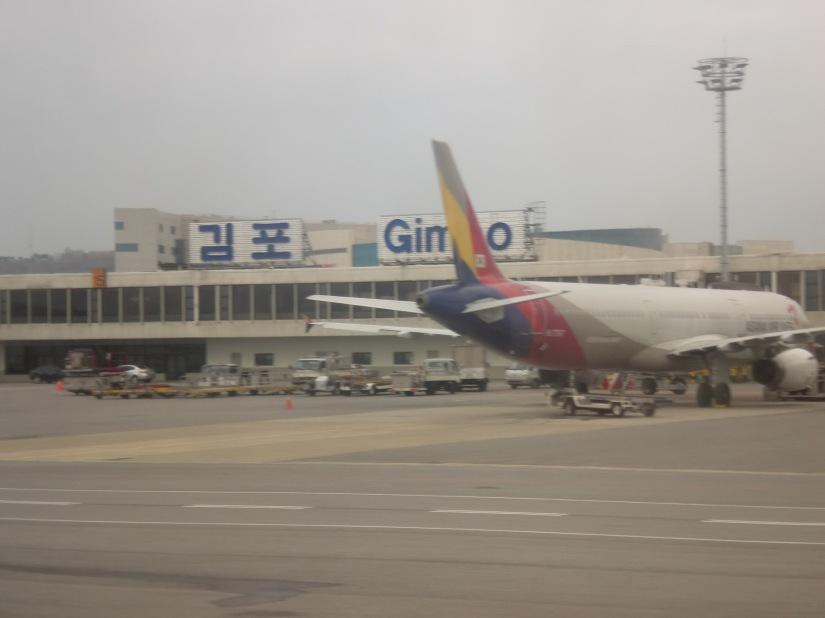 Traveler pemula pun senang foto buntut pesawat. Berhubung duduknya di depan sayap, saya kesulitan foto sayap pesawat yang lagi saya tumpangi. Foto dijepret dari pesawat Jeju Air