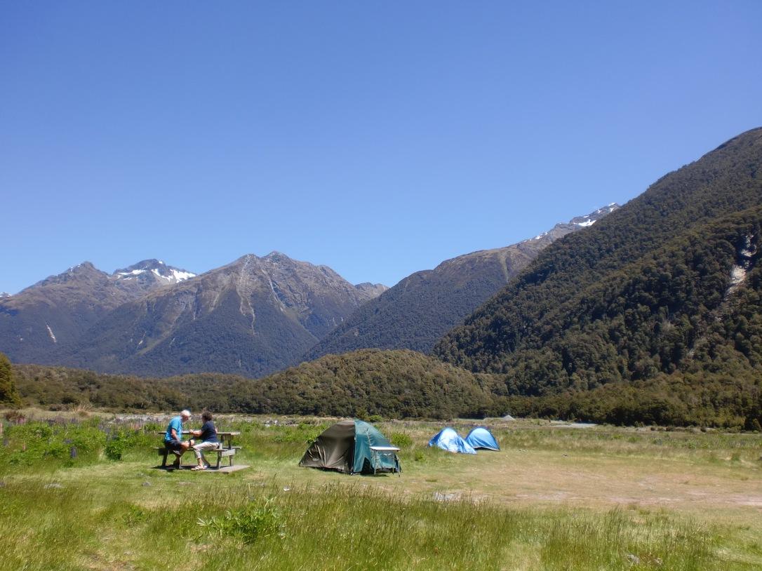 Pengen camping di sini kayak mereka