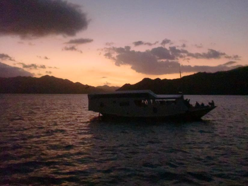Kapal tetangga di sekitaran pulau kalong