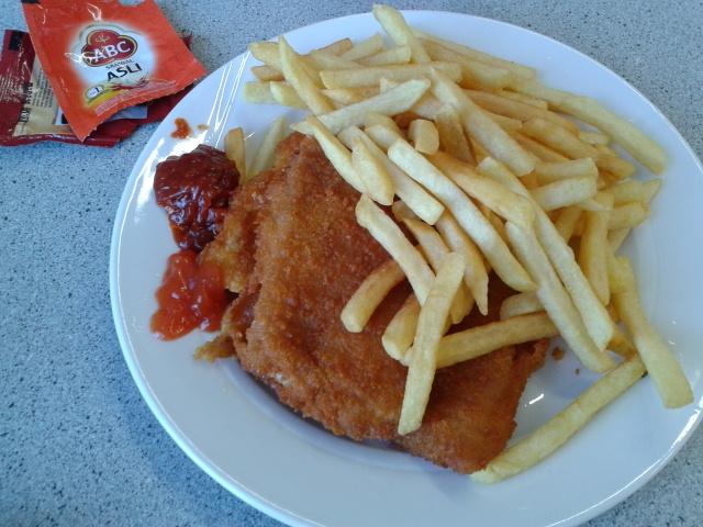 Fish and chips pake sambel terasi dan saos :-D