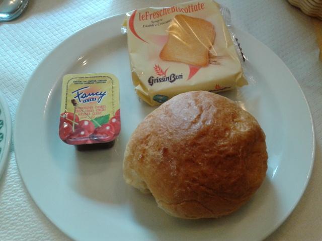 Di hotel di Roma cuma dikasih sarapan ini, gak kenyang
