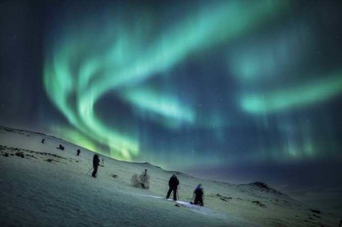 Hunting Aurora (foto pinjem dari http://www.lonelyplanet.com/travel-tips-and-articles/the-worlds-most-illuminating-experiences)