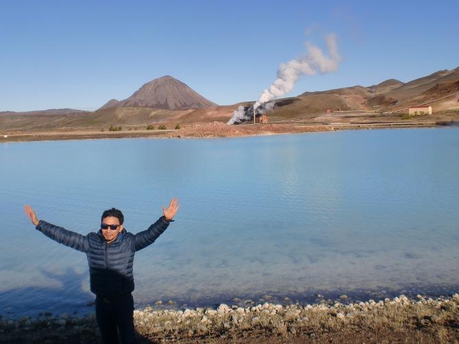 Sementara geologist yang lain sibuk pose